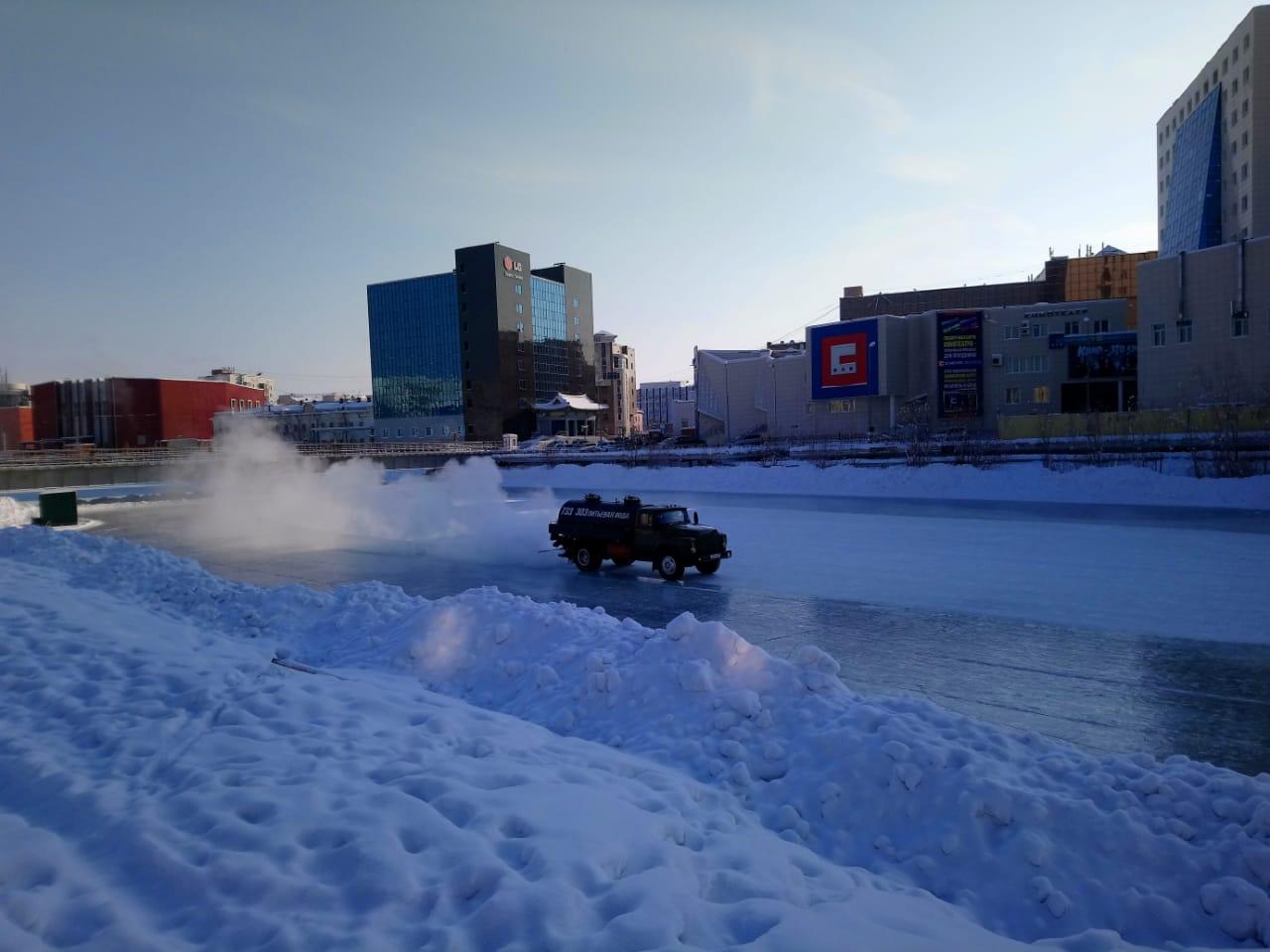 Фотофакт: В Якутске начали готовить катки