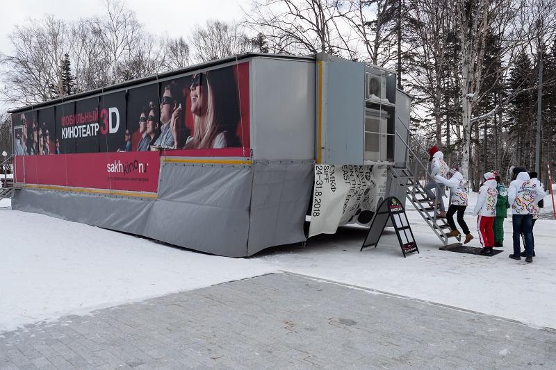 Единственный в России киномобиль принял на своем борту «Детей Азии»