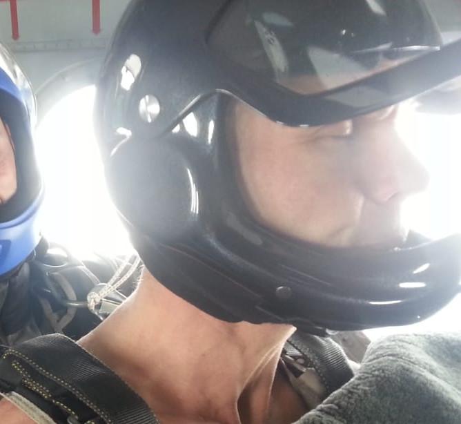 Парашютист в шортах: В Якутии экстремал Резанов совершил уникальный прыжок