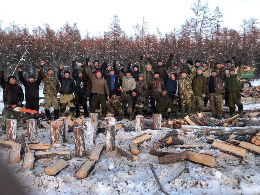 Устьалданцы заготовили дрова ради ремонта школы