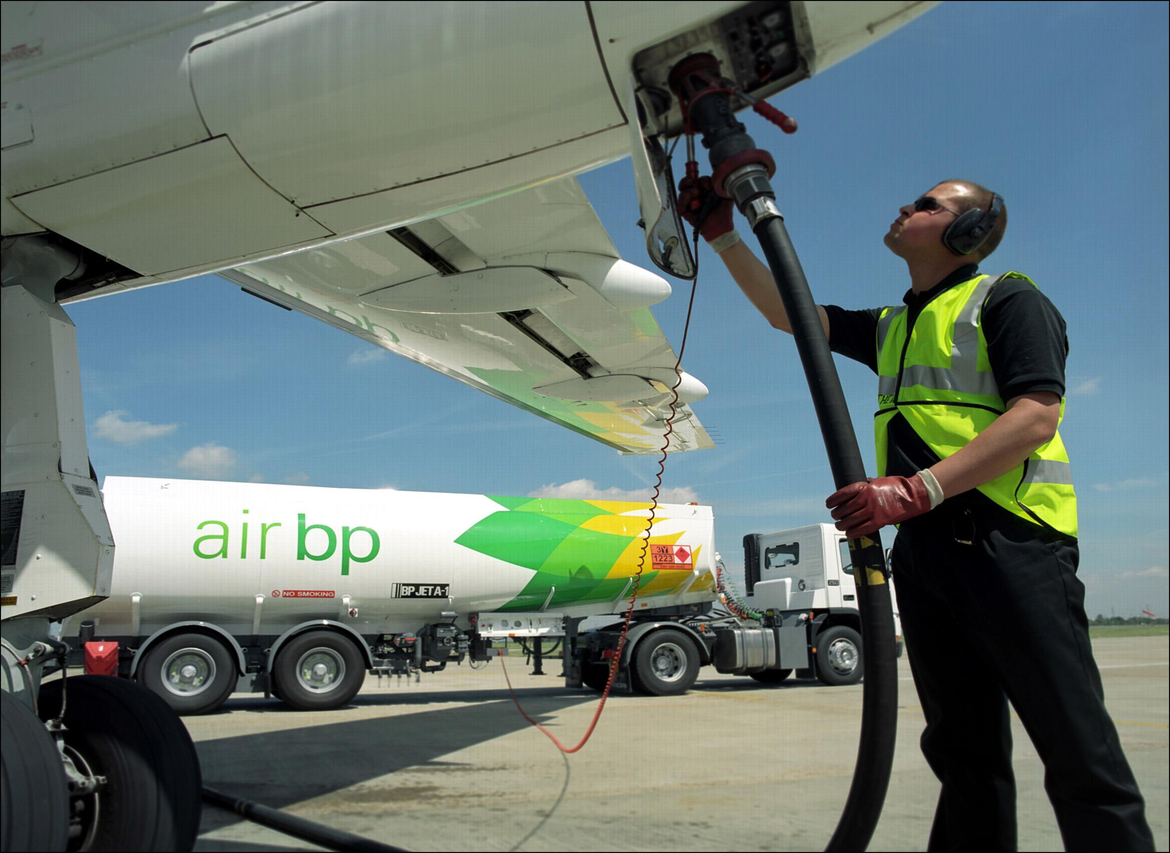 Кабмин поручил министерствам представить предложения по недопущению роста цен авиатоплива