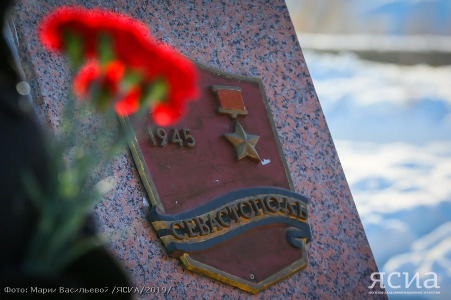 В Якутске возложили цветы к мемориальной плите города-героя Севастополь