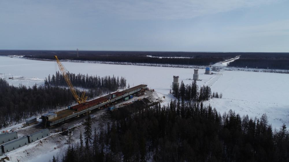 В Нюрбинском районе приступили к установке первого пролёта моста через реку Марху