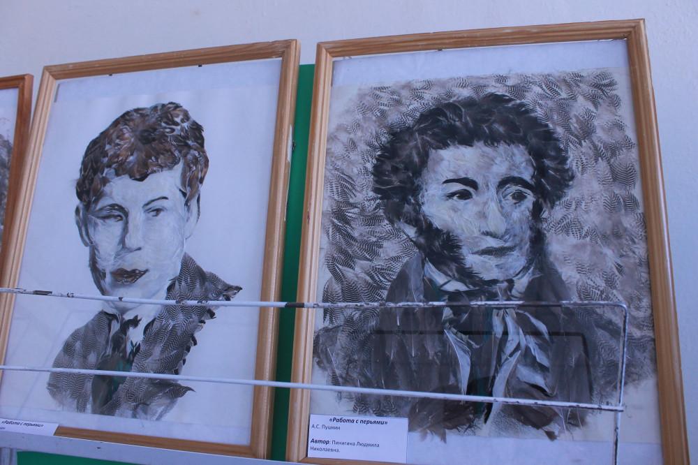 Якутянка Людмила Пинигина создаёт портреты известных людей из утиных перьев
