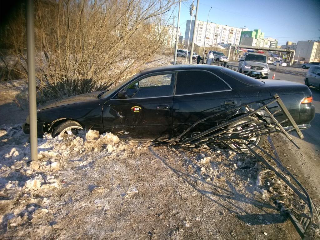 Пьяный водитель в Якутске сбил пешехода и врезался в забор