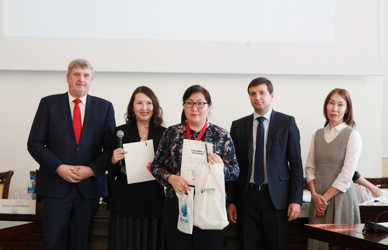 Подарки Сбербанка – отличникам Тотального диктанта в Якутске