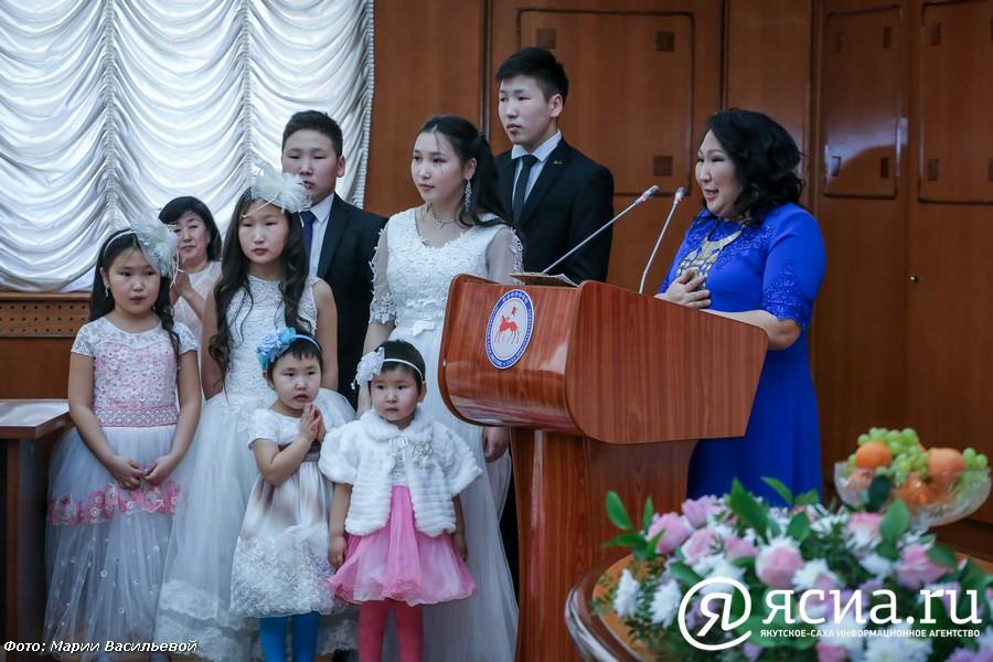 Власти Якутии прорабатывают дополнительные меры поддержки семей с детьми