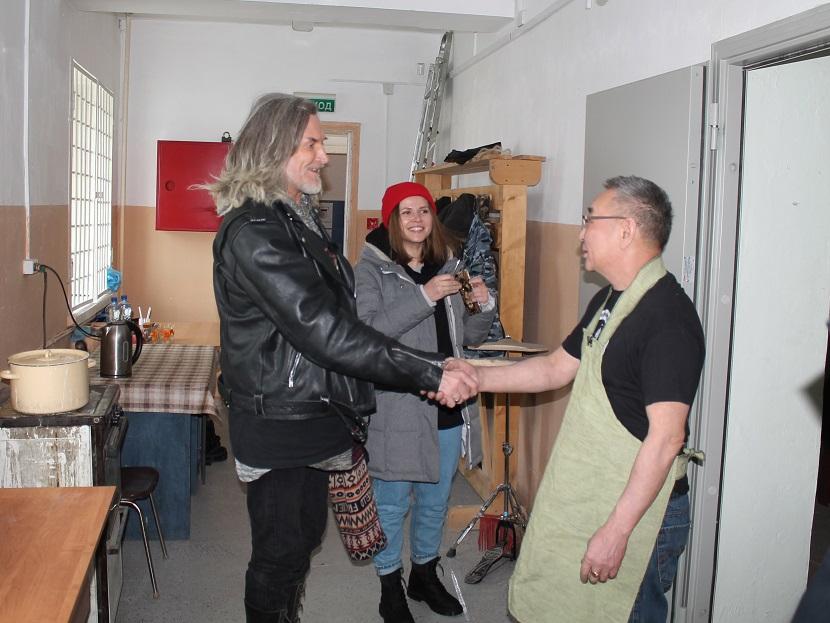 Мындыр Уус показал Никите Джигурде мастер-класс по изготовлению ножа и хомуса