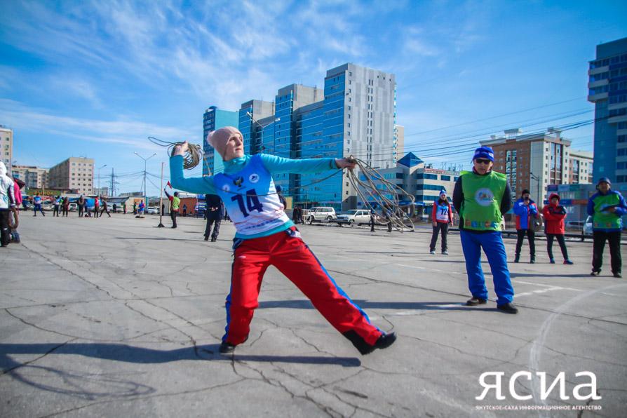 Участники чемпионата России по северному многоборью соревнуются в метании тынзяна