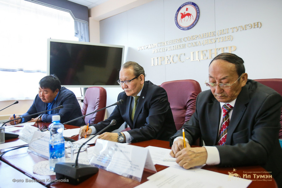 В Ил Тумэне обсудили развитие парламентаризма в Якутии