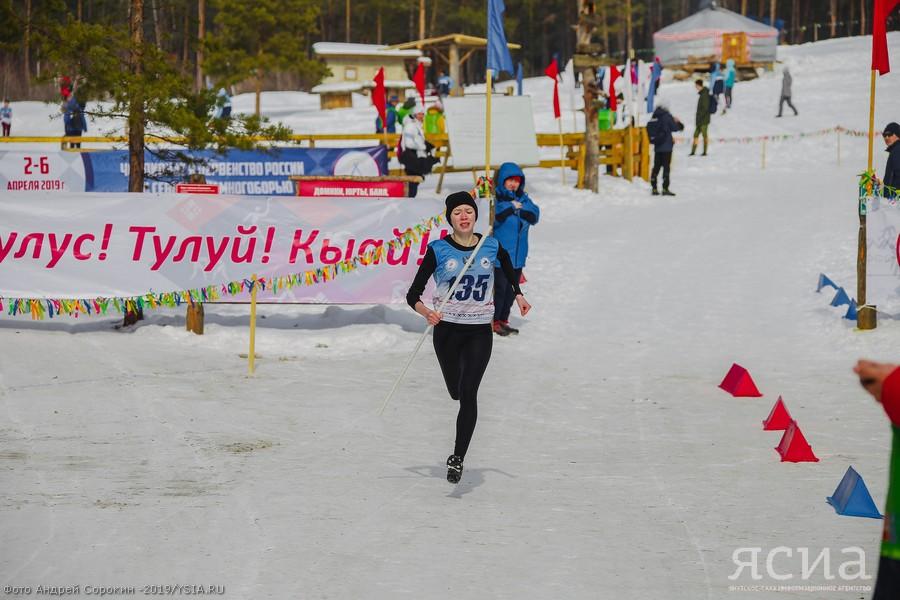 Участники чемпионата России по северному многоборью вышли на забег с палкой