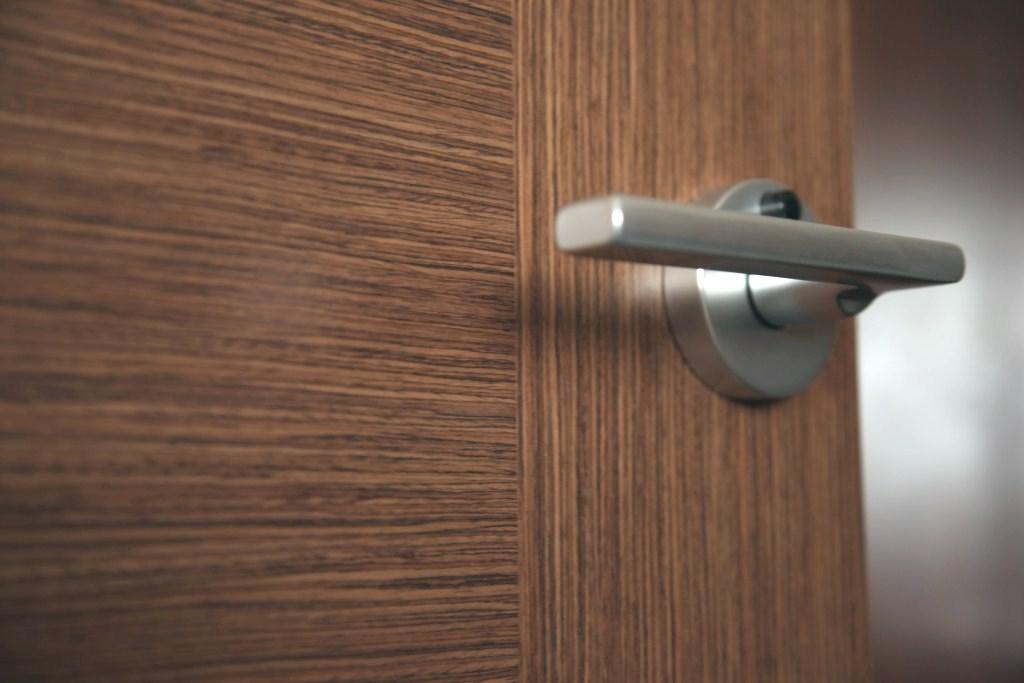 В Якутске квартирный вор нашел незапертую дверь и похитил кошелек
