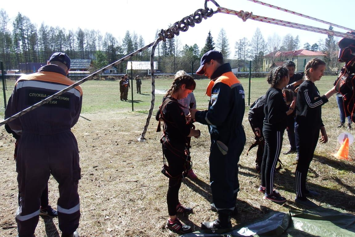 Алданские спасатели научили школьников переправляться через болото
