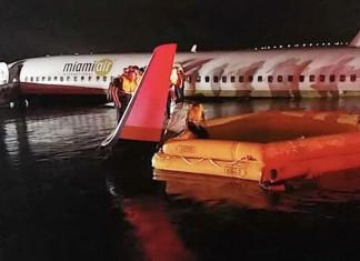В США Боинг-737 съехал в воду при посадке