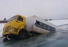 В Черском под воду провалились три грузовика