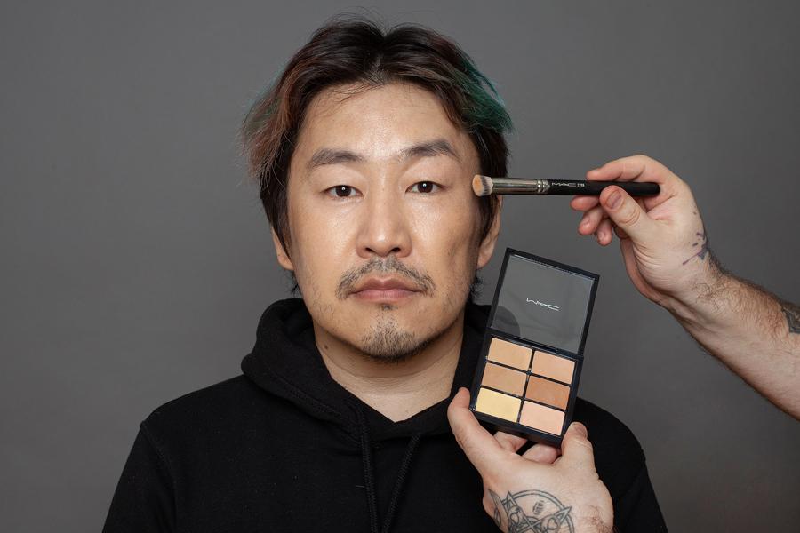 Якутянин Иван Васильев стал моделью для демонстрации мужского макияжа