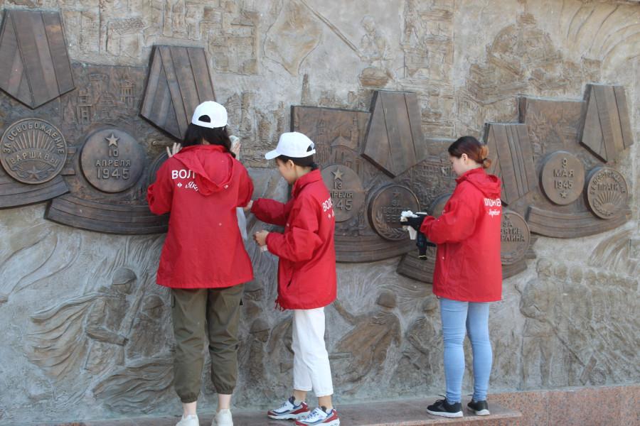 В Якутске добровольцы убрались у мемориального комплекса «Солдат Туймаады»