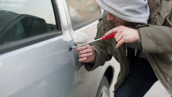 В Нерюнгри пьяные парни угнали автомобиль без аккумулятора