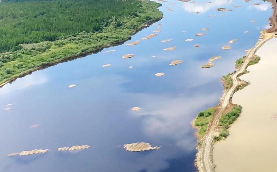 Министр экологии Якутии проинспектировал дамбы на Иреляхе