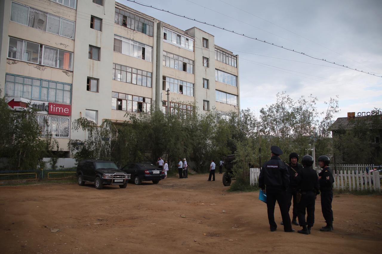 В Якутске в жилом доме на улице Губина мужчина открыл стрельбу