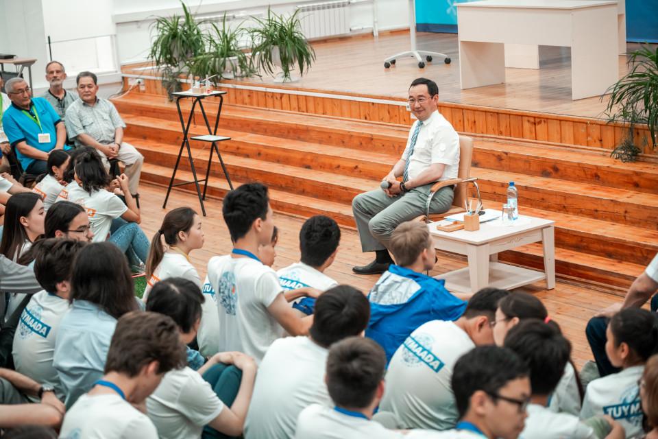 Глава Якутии встретился с участниками  Международной олимпиады школьников «Туймаада»