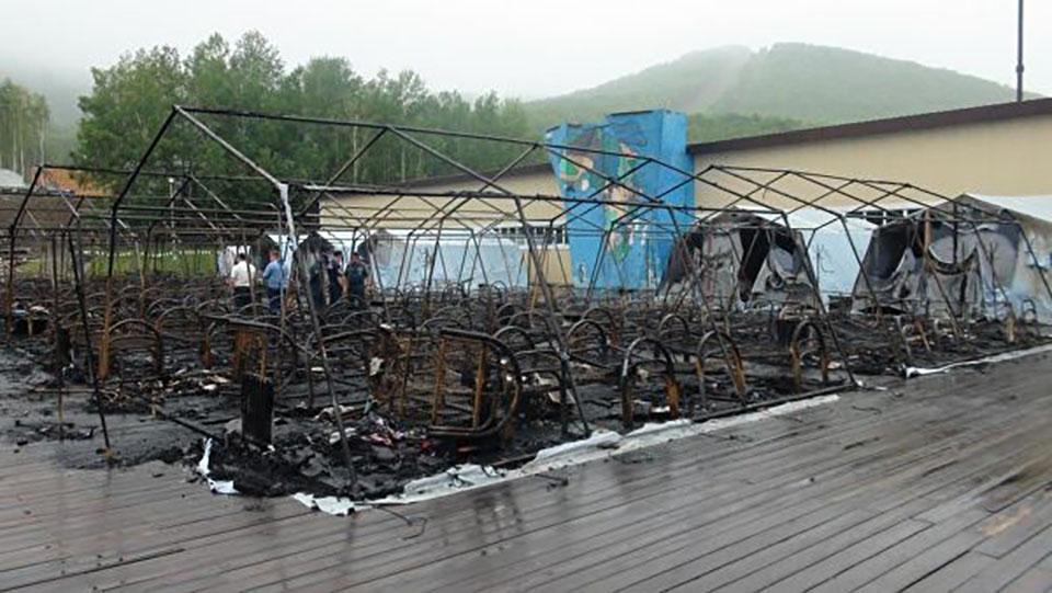 Количество детей, погибших при пожаре в палаточном лагере, выросло до четырех