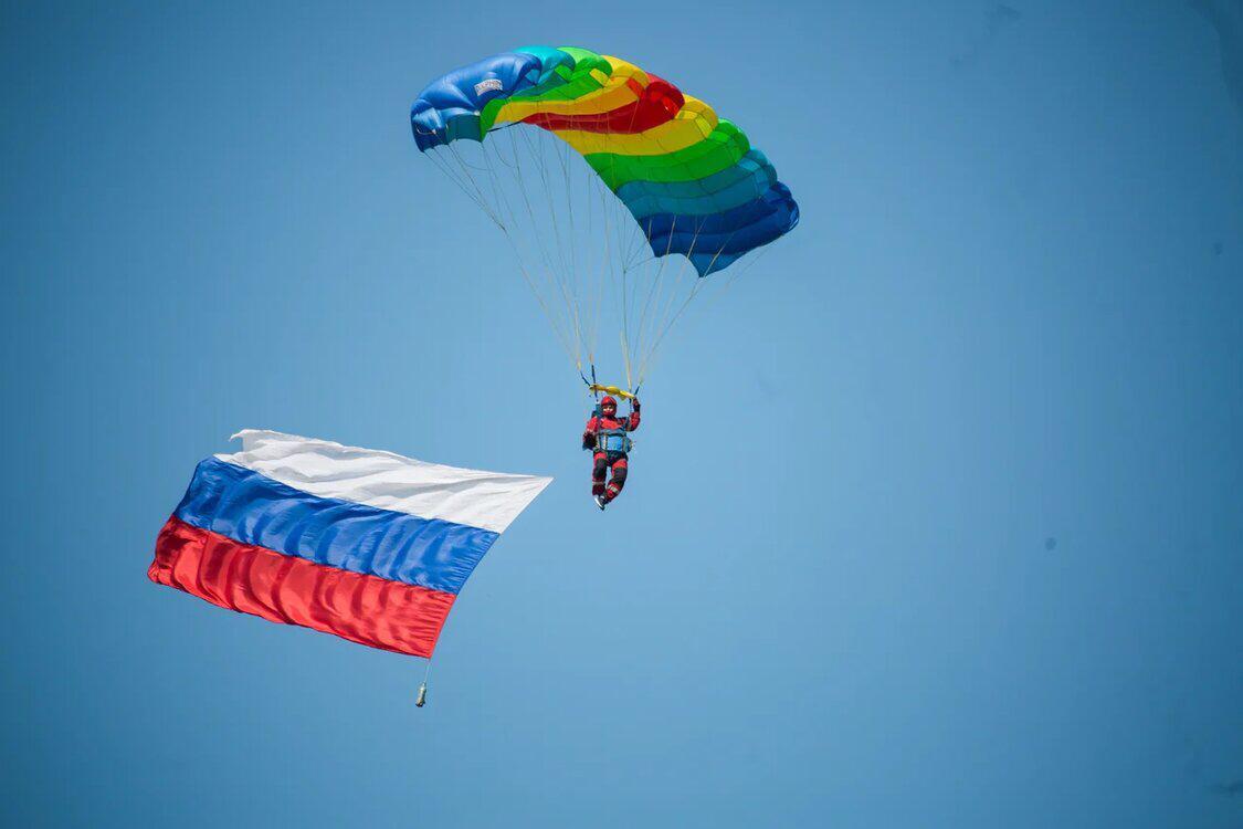 В Якутске состоялись показательные прыжки с парашютом