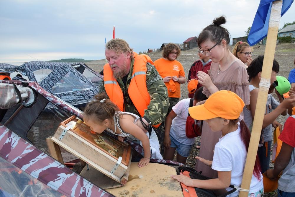 Якутские школьники прошли по реке от Ленска до Тикси, изучая историю храмов