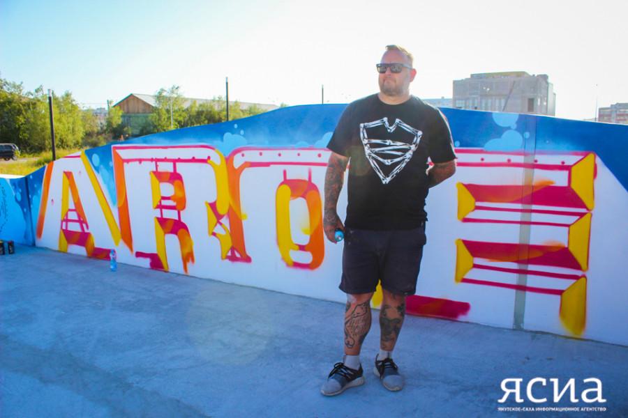 """Граффити-художник из Англии расписал стену в скейт-парке """"Ворот Якутска"""""""
