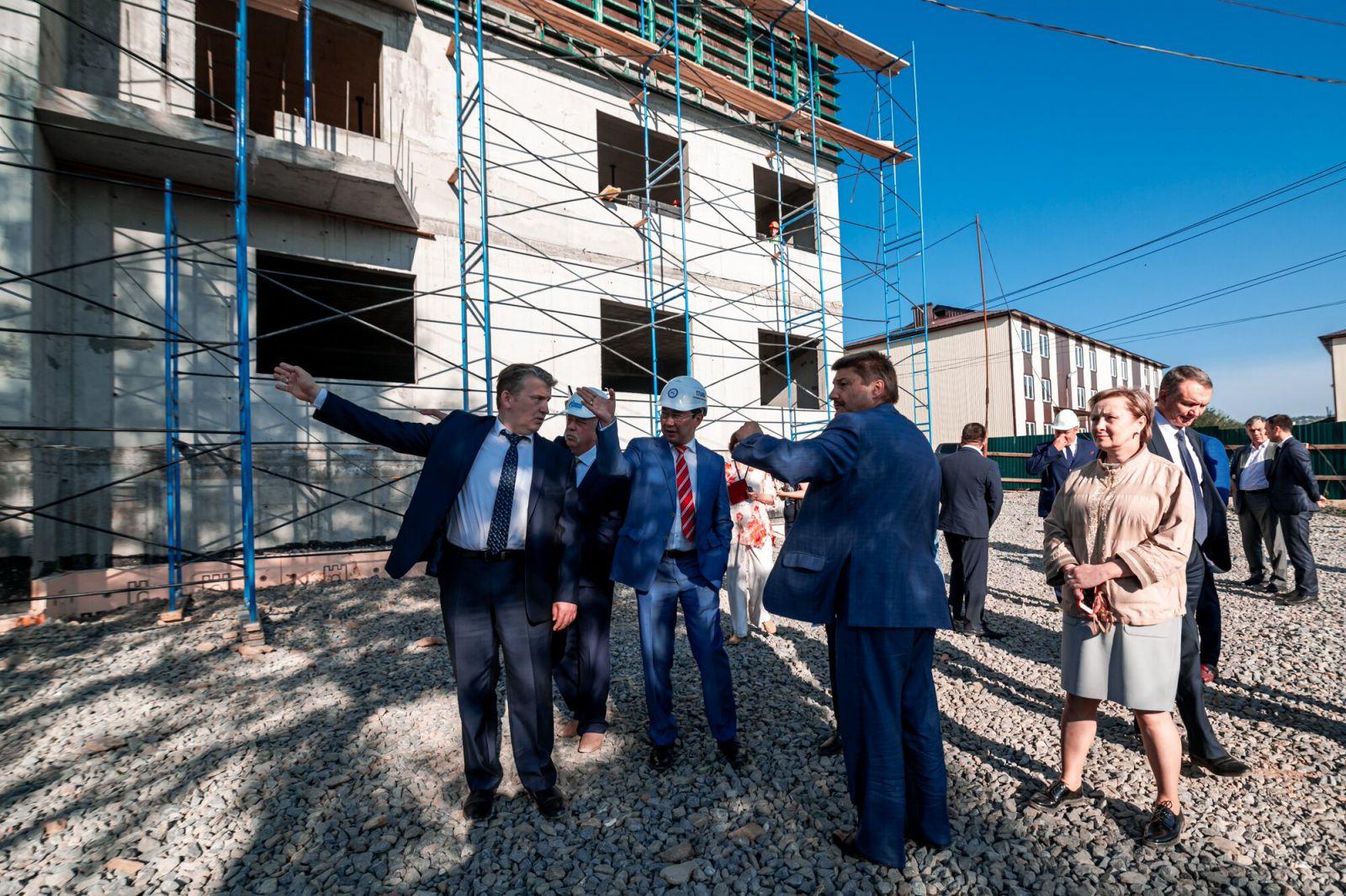 Айсен Николаев проверил ход  переселения граждан из аварийного жилья в Алданском районе