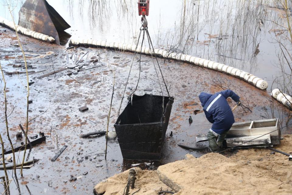 Ущерб от разлива нефти в Якутском речном порту весной 2018 года оценили в 26 млн рублей