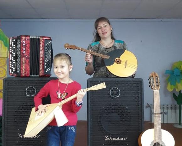 Гитары, домры и другие инструменты доставлены в школу искусств Черского по нацпроекту «Культура»