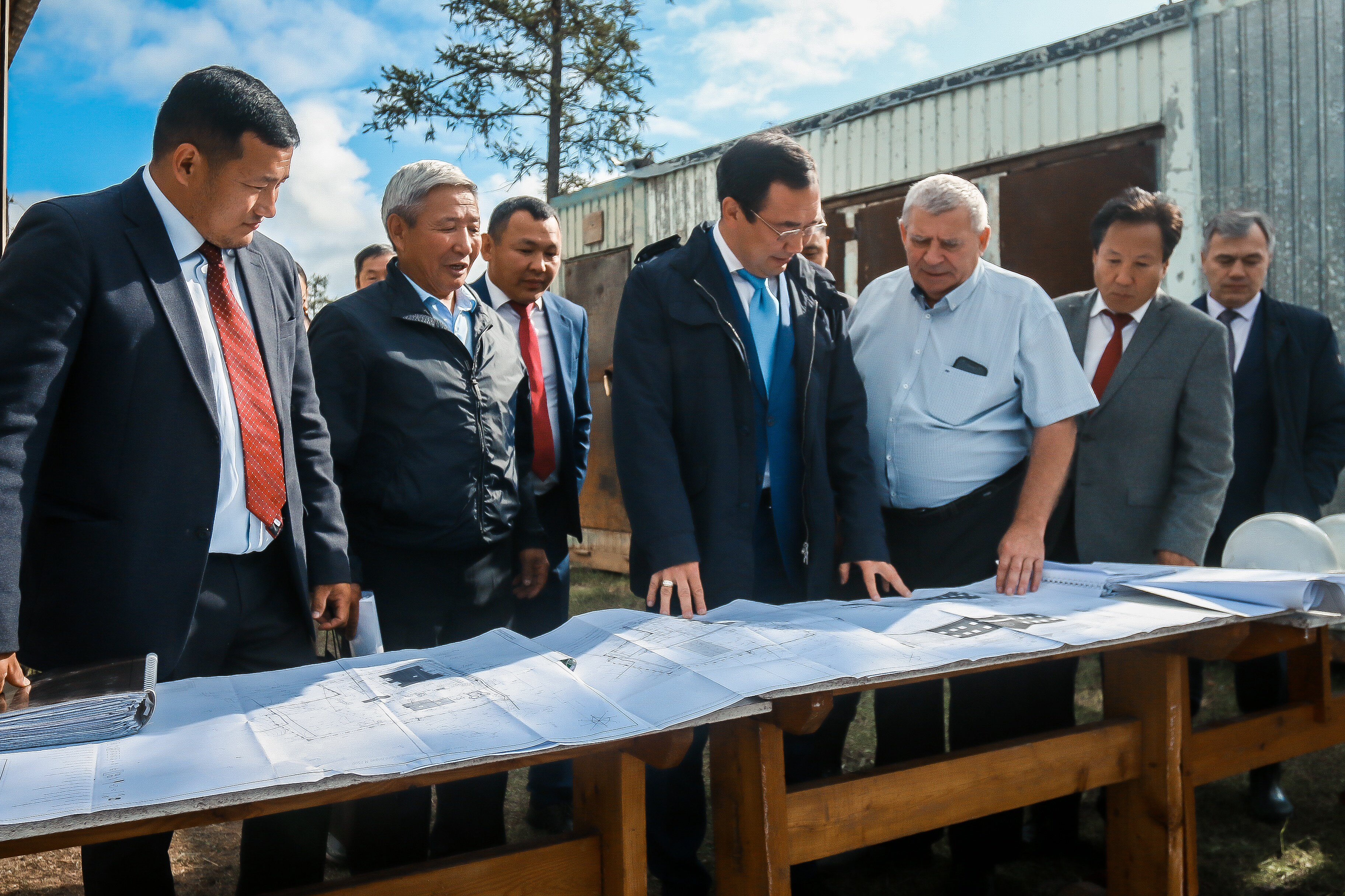 Айсен Николаев проинспектировал строительство школы и котельной в селе Кыйы