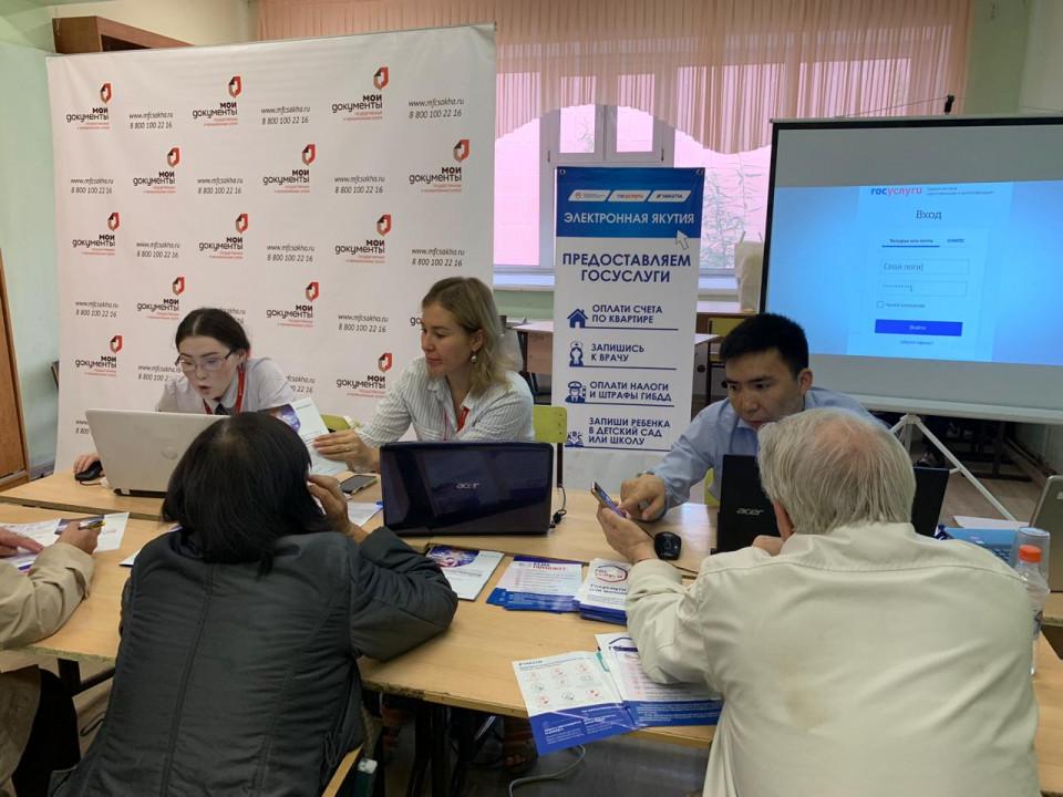 В Якутске для пенсионеров провели консультации и обучение работе на портале госуслуг