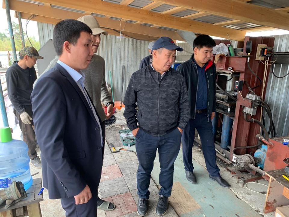 Дмитрий Садовников в Нижнем Бестяхе ознакомился с производством тротуарной плитки из отходов