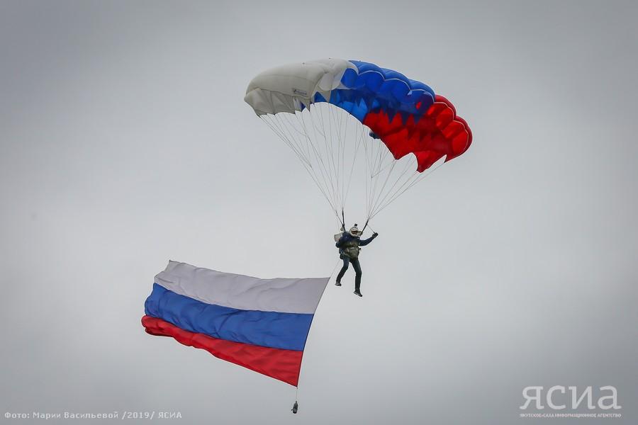 В Якутске парашютисты совершили показательные прыжки с флагами России