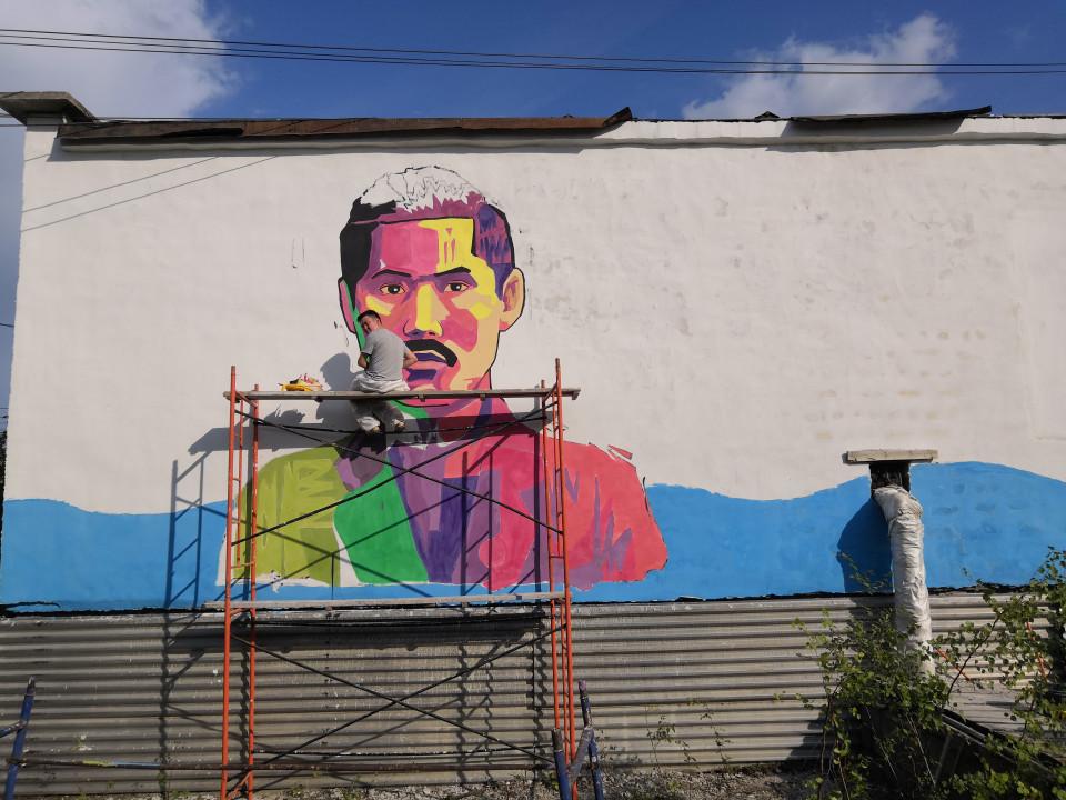Художник Николай Григорьев написал портрет Степана Аржакова на здании гаража в Вилюйске