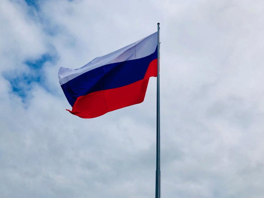 Флешмоб, поднятие триколора и парашютисты. Как отметили День флага России в Якутске
