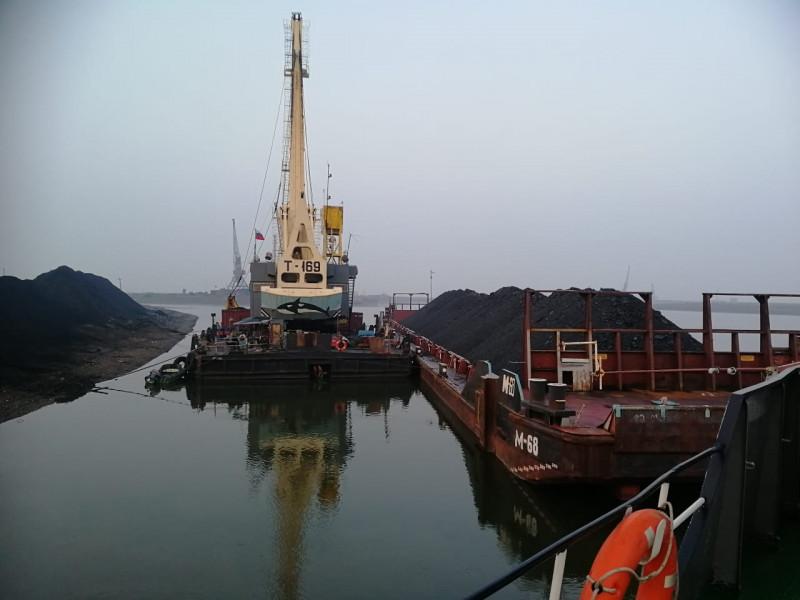 Мелководье на реках Лена и Яна затруднило работу экипажей судов по перевозке грузов