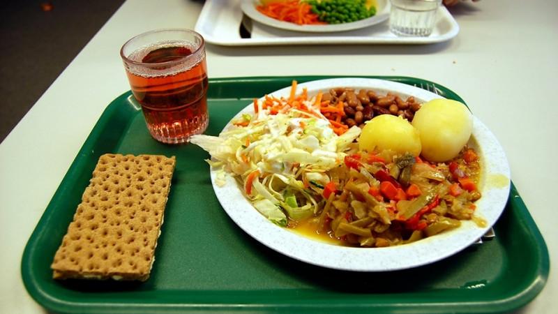 Власти Якутии помогут в организации питания школьников из малоимущих семей
