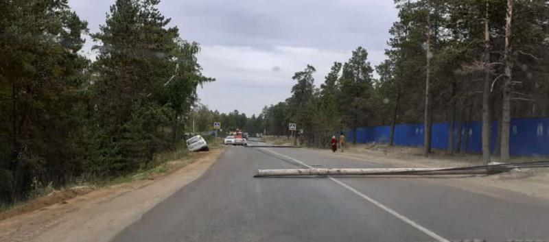 ФОТОФАКТ. На Сергеляхском шоссе Якутска упала опора линии электропередачи (ОБНОВЛЕНО)