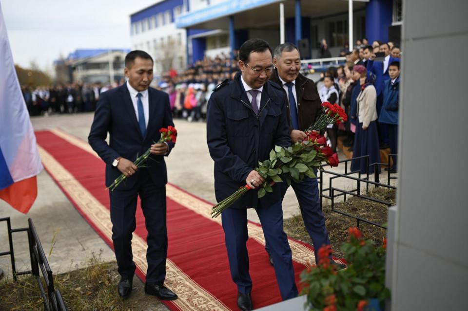 В День государственности Якутии Айсен Николаев возложил цветы к бюсту Исидора Барахова