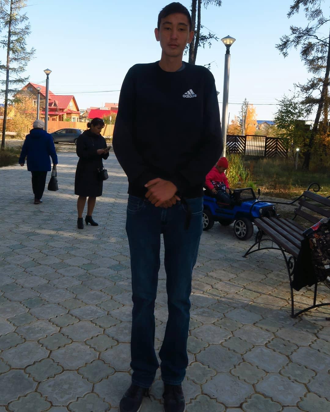 ФОТОФАКТ. Шестнадцатилетний великан из Покровска