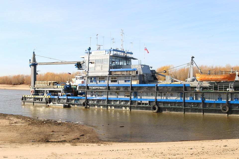 У подходного канала Якутского речпорта проводят дноуглубительные работы в районе водозабора