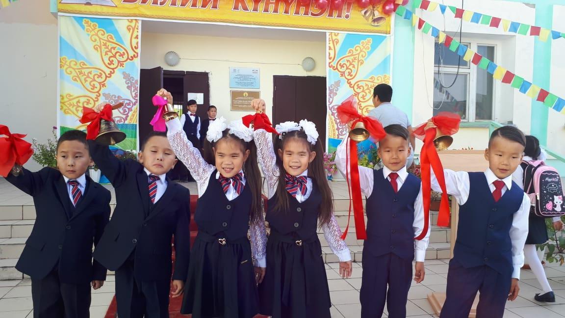 ФОТОФАКТ: В Таттинском улусе три пары близняшек пошли в школу