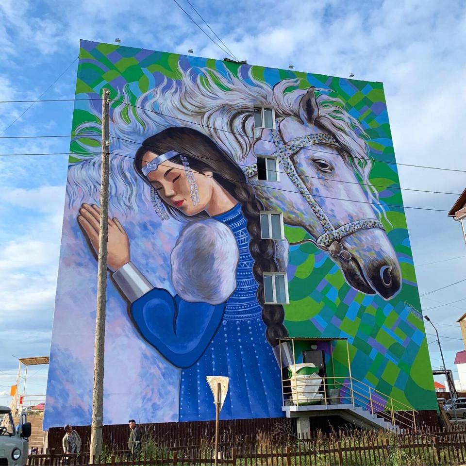 Мурал как оберег. Кыыдаана Игнатьева завершила работу над арт-объектом в Чурапче