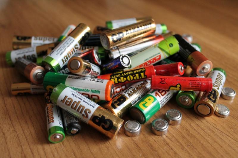 Минприроды планирует запретить выбрасывать батарейки в мусоропроводы