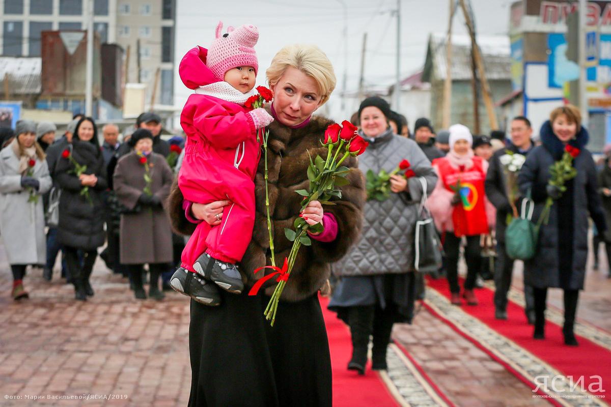 Подвиг родного человека. В Якутске возложили цветы к памятнику Матери