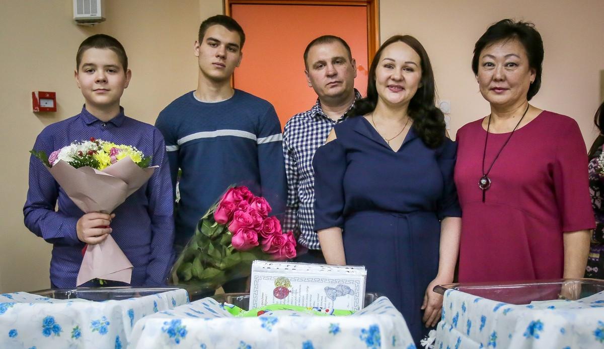 Одна тройня и три двойни. В Якутске торжественно выписали 15 новорожденных