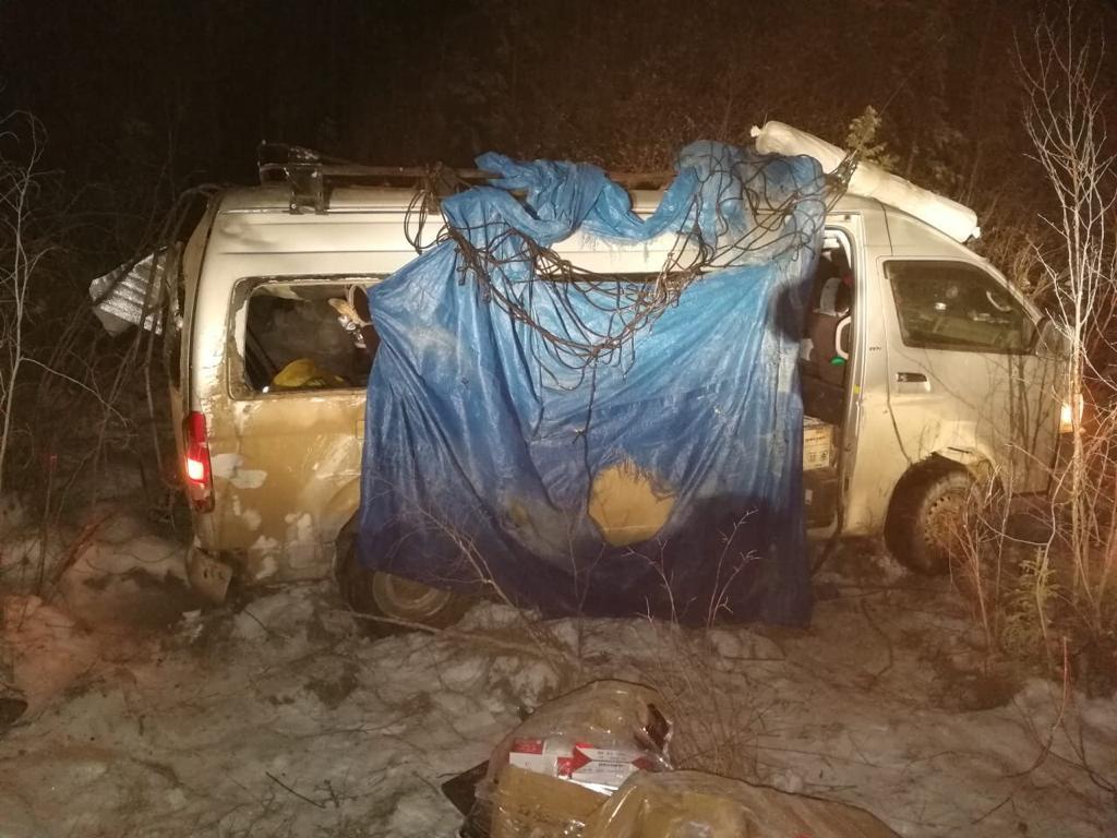 В Алданском районе опрокинулся микроавтобус. 6 человек пострадали